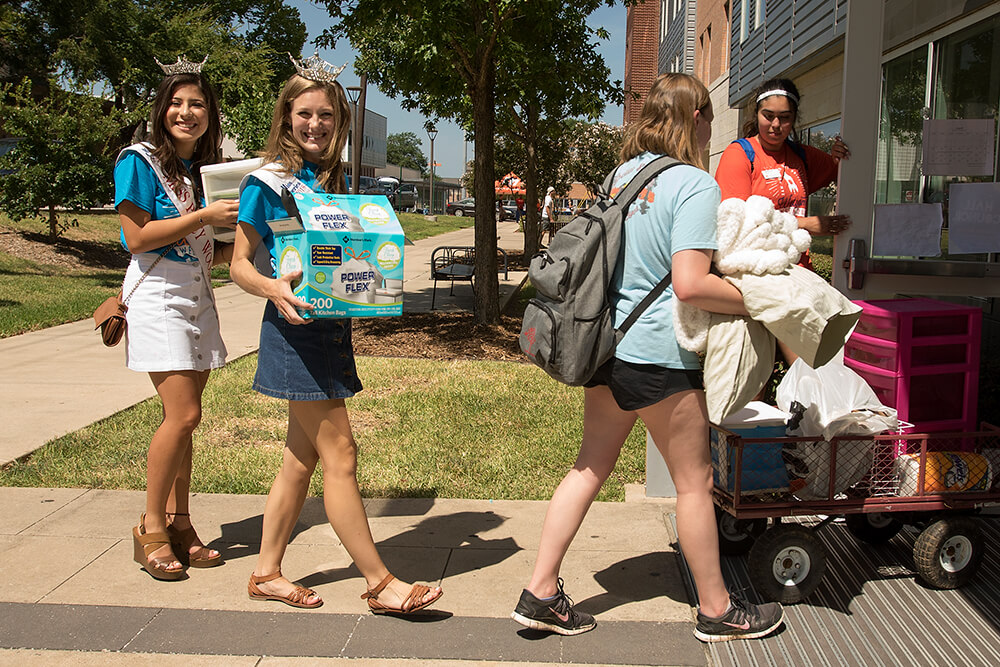 Students on Move In Day